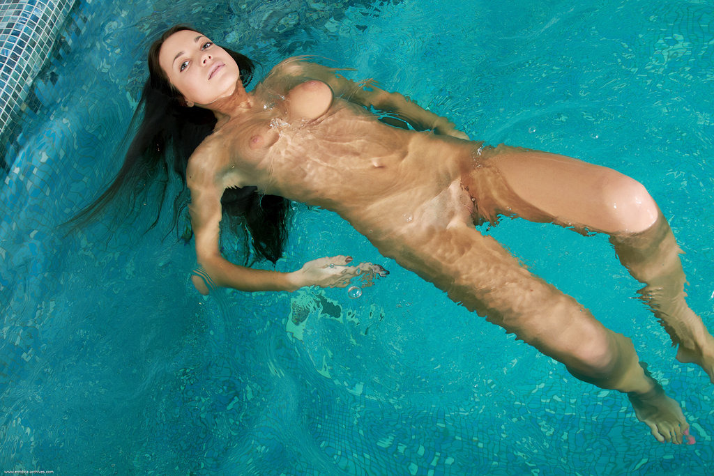 Голая плавает видео в бассейне видео